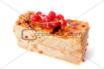 praline cake with red currants