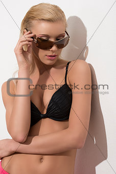 beautiful woman posing with sunglasses