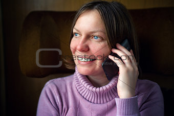 Woman talkning on mobile phone.