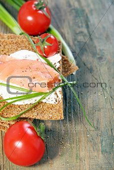 Bread with salmon, cream cheese and green onions.
