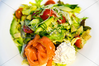 Salmon with avocado, tomatoes and cream