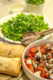 Green salad, tomatoes, bread