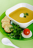 Vegetable cream soup with crackers