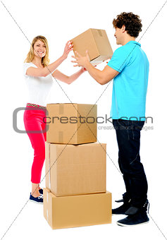 Couple carrying empty cartons