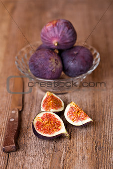 bowl with fresh figs and old knife