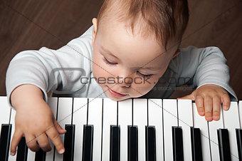 baby play music on piano keyboard