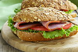 sandwich of wholemeal bread with ham and tomatoes