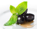 Olives with mint and sauce