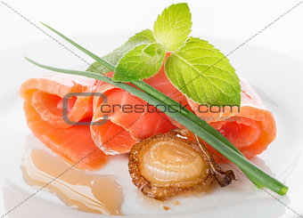 Salmon rolls with greens and fried onion
