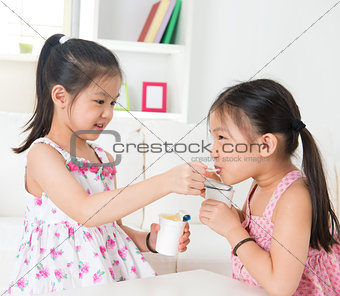 Children eating yoghurt