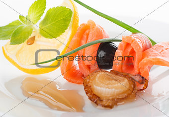 Rolls of red fish with lemon