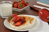 Peanut butter and strawberries on rice cakes