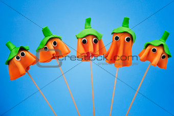 cake pops with the shape of ghost Halloween pumpkins