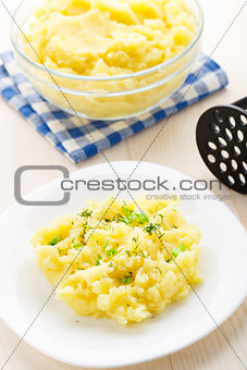 Mashed potatoes sprinkled with scallion and dill