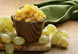 dried white grapes (raisins)
