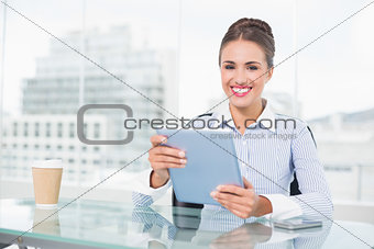Attractive brunette businesswoman holding tablet