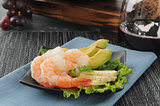 Shrimp appetizer with red wine