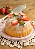 round sponge cake with strawberries