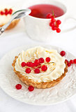Tartlets with whipped cream and red currants