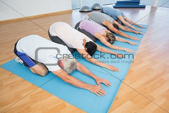 Fitness group bowing in row