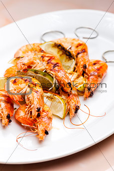 grilled skewers of prawns and lime in honey sauce