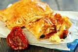 Puff pastry with sun-dried tomatoes and cheese