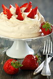 Meringue with whipped cream and strawberries.