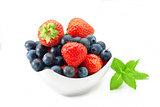 Erdbeeren und Heidelbeeren im Schälchen