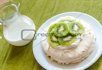 Pavlova meringue with kiwifruit slices