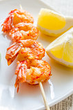 Shrimps skewers with lemon slices