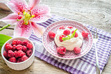 Meringue with fresh raspberries