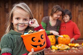 Little girl preparing for the Halloween night