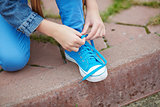 Tying shoelace