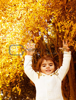 Autumn game of little girl