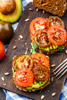 Avocado sandwich with tomatoes