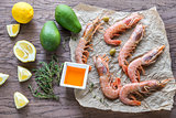Raw shrimps with avocado and lemon wedges
