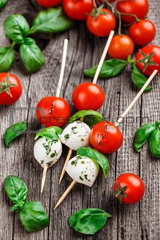 Skewers with tomato, basil and mozarella