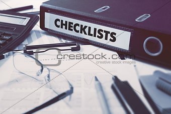 Ring Binder with inscription Checklists.