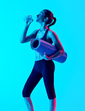 woman exercsing fitness exercices drinking