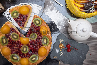 Kiwi fruit cake with tea